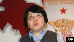 Lãnh đạo chính phủ lâm thời, bà Roza Otunbayeva, đọc đơn từ chức của tổng thống Bakiyev