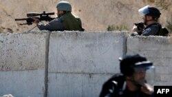 2015年10月4日以色列安全部队狙击手将武器对准东耶路撒冷阿拉伯社区的巴勒斯坦抗议者