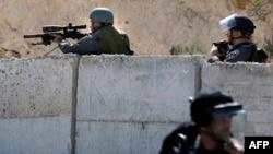 Anggota regu penembak jitu Israel mengarahkan senjatanya kepada demonstran Palestina dalam bentrokan di daerah Issawiya, Yerusalem timur, 4 Oktober 2015.