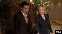 Menlu Amerika Hillary Clinton memberikan satu set miniatur kereta api kepada Menlu Jepang Seiji Maehara saat bertemu di Hawaii.