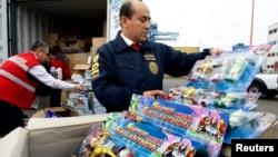지난 2009년 12월 칠레 산티아고 북서부 발파라이소 항에서 세관 직원들이 중국 발 컨테이너에 실린 위조 상품을 검사하고 있다. (자료사진)
