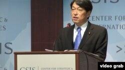 日本防卫大臣小野寺五典7月11日在华盛顿的外交政策智库战略和国际研究中心发表演讲(VOA视频截图)