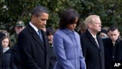 총격 희생자 추모 묵념을 올리는 오바마 대통령 내외와 미 의원들
