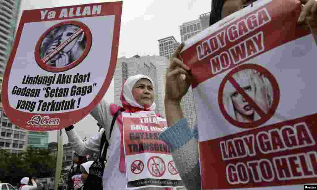Para pendemo dalam sebuah aksi protes menentang konser Lady Gaga, 29 April (Reuters).