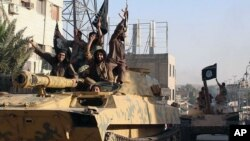 Borci ISIL-a tokom parade u Raki, pre nekoliko meseci