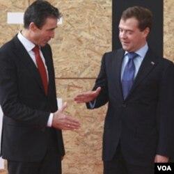 Sekjen NATO Anders Fogh Rasmussen (kiri) dan Presiden Rusia Dmitry Medvedev di Lisabon, 20 November 2010.