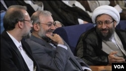 محمدجواد لاریجانی میان دو برادر دیگر که روسای قوه قضاییه و مجلس هستند.