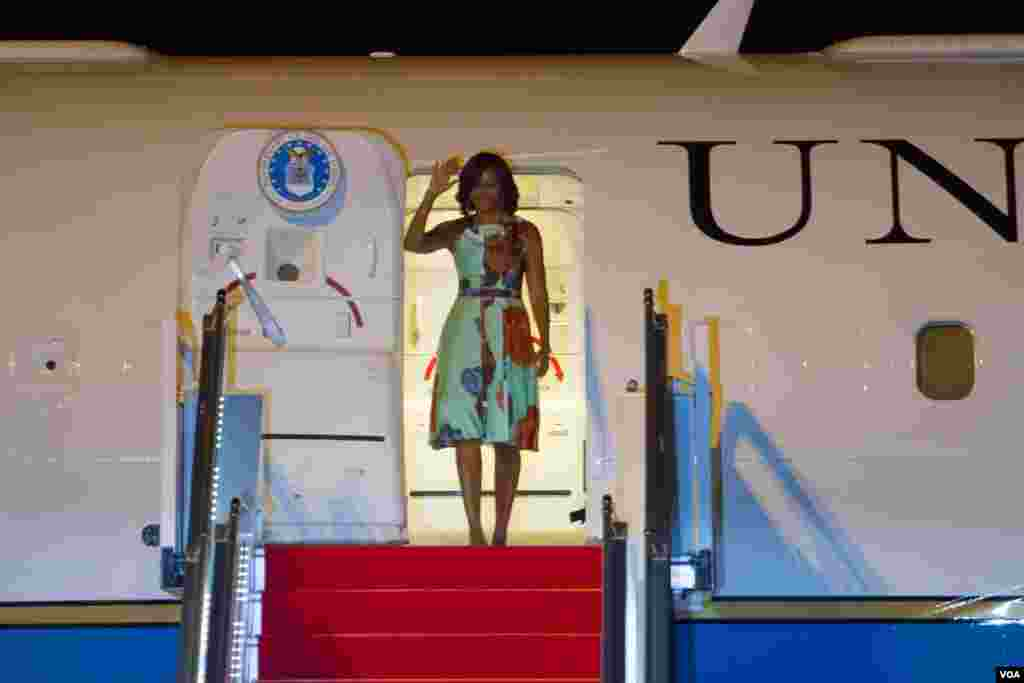 Michelle Obama waved hands upon her arrival at Siem Reap International Airport. (Photo by Neou Vannarin/VOA Khmer)