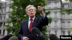 រូបភាពឯកសារ៖ ទីប្រឹក្សាសន្តិសុខជាតិរបស់ប្រធានាធិបតីសហរដ្ឋអាមេរិក ដូណាល់ ត្រាំ គឺលោក John Bolton ថ្លែងទៅកាន់អ្នកសារព័ត៌មាននៅសេតវិមានក្នុងរដ្ឋធានីវ៉ាស៊ីនតោនកាលពី ថ្ងៃទី០១ ខែឧសភា ឆ្នាំ២០១៩។