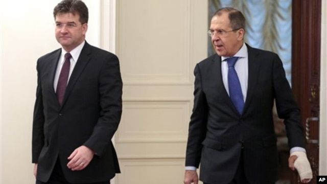 Russia's Foreign Minister Sergei Lavrov (R) and Slovak Foreign Minister Miroslav Lajcak take a walk during their meeting in Moscow, Russia,  December 12, 2012. (AP)
