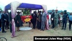 Deux membres du gouvernement sur le site où sera érigé la stèle en mémoire des disparus d'Eseka, à Yaoundé, le 21 octobre 2017. (VOA/Emmanuel Jules Ntap)