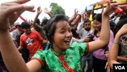 Para warga Nepal pendukung kelompok Maois berdansa di jalan-jalan Kathmandu, 2 Mei 2010.