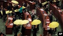 """2015年1月14日民主派议员在香港香港特区行政长官梁振英做年度施政报告时打出黄色雨伞和""""我要真普选""""及""""梁振英下台""""的横幅"""