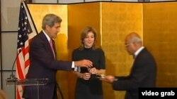 Госсекретарь США Джон Керри и принесшая присягу в должности посла США в Японии Кэролайн Кеннеди в Госдепартаменте США