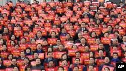 南韓國會議員在首爾的一場集會上要求彈劾涉及上千萬美元腐敗醜聞的總統朴槿惠(2016年12月7日)