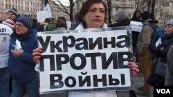 3月7日莫斯科反战集会。大学教师维多利亚手举标语:乌克兰反对战争 (美国之音 白桦拍摄)