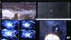 12일 발사에 성공한 북한의 장거리 로켓 은하3호. 평양 통제소 화면.