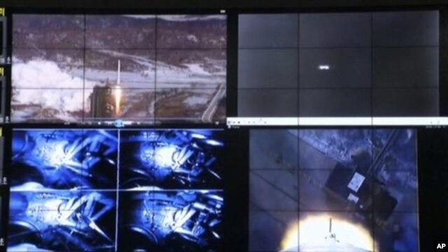 Màn hình cho thấy vụ phóng hỏa tiễn Unha-3 tại Trung tâm không gian của Bắc Triều Tiên ở ngoại ô Bình Nhưỡng, ngày 12/12/2012.