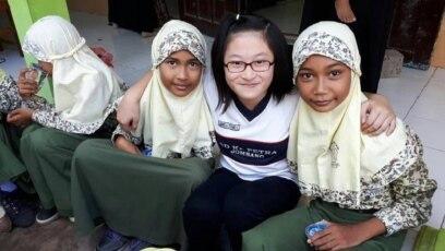Seorang siswi SD Kristen Petra Jombang duduk diapit dua siswi MI Islamiyah Prosogenuk, Perak Jombang (foto: courtesy).