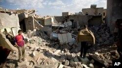 Nhà cửa đổ nát sau các cuộc oanh kích của Ả rập xê út gần sân bay Sana'a, Yemen, 31/3/15