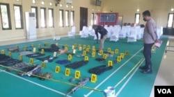 46 item barang bukti termasuk satu pucuk senjata api M16 yang diamankan Satgas Madago Raya pasca kontak tembak yang menewaskan Ali Kalora, pimpinan utama kelompok MIT dan Jaka Ramadhan. Minggu, (19/9/2021) (VOA: Yoanes Litha).
