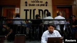 Vijetnamski aktivista An Či pretražuje internet u kafiću Tu Do (Sloboda) u Hanoju, 25. avgusta 2017.