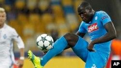 Kalidou Koulibalyde contrôle le ballon lors du match entre le Dynamo Kiev et le Napoli, Ukraine, le 13 septembre 2016.