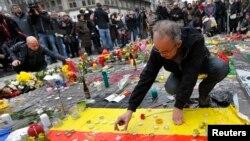 23일 벨기에 브뤼셀 델라 브루제 광장에서 시민들이 전날 연쇄 폭탄 테러 희생자들을 추모하고 있다.