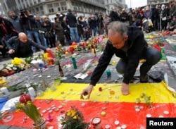 Hàng trăm người Bỉ mang nến và hoa đến đặt tại Place de la Bourse ở trung tâm Brussels.