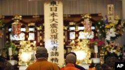 ព្រះសង្ឃដើរចូលទៅទីកន្លែងរំលឹកវិញ្ញាណខន្តជនរងគ្រោះដោយការរញ្ជួយផែនដីនិងរលកយក្សស៊ូណាមិនៅថ្ងៃទី១១មិនា នៅឯ Flora Memorial Hall នៅ Soma ក្នុង Fukushima Prefecture ក្នុងប្រទេសជប៉ុន កាលពីថ្ងៃទី២៨ មេសា ២០១១។