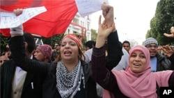 突尼斯人1月14日在突尼斯城闹市区庆祝革命一周年