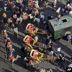 親政府的示威者騎着馬匹和駱駝在廣場集結