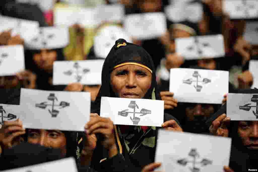 یک سال از مهاجرت جمعی ساکنان راخین، ایالت شمال میانمار می گذرد. زنان پناهجوی روهینگیایی با در دست دشتن پلاکاردهایی در تظاهراتی شرکت کردند.
