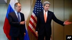 존 케리 미국 국무장관(오른쪽)과 세르게이 라브로프 러시아 외무장관이 지난달 11일 독일 뮌헨에서 양자회담을 가졌다. (자료사진)
