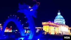 资料照片:中国四川自贡灯贸集团在美国维吉尼亚州劳登郡举办的灯会所展示的中国龙与美国国会大厦。(2018年12月22日)