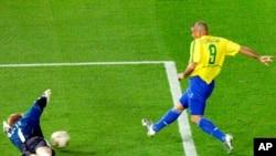 Brazil's Ronaldo (9) beats Germany's goalie Oliver Kahn to score during the second half of the 2002 World Cup final Sunday, June 30, 2002, in Yokohama, Japan. (AP Photo/Murad Sezer)