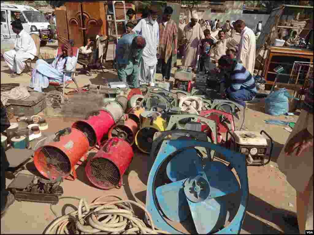 بازار میں فروخت کی جانے والی مختلف اشیا۔