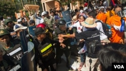 Clashes between protestors and the riots police in front of the Senate of Cambodia on July 24, 2015. (Neou Vannarin/VOA Khmer)