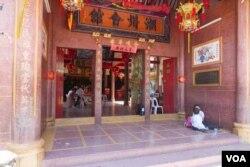 金边的端华学校门口是华人的潮州会馆。