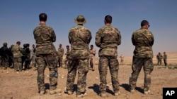 美国特种部队人员在约旦观看多国军事演习(2013年6月17日 资料照片)