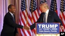 Poignée de main entre Ben Carson, ex-candidat aux primaires républicaines et Donald Trump, lors d'une conférence de presse à Palm Beach, en Floride, vendredi 11 mars 2016. (AP Photo/Lynne Sladky)