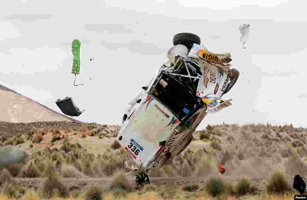 Chiếc xe Mercedes của 2 tay đua Manuel Silva và Pablo Sisterna bị lật trong giai đoạn 7 của cuộc đua Dakar Rally từ Iquique đến Uyuni, Bolivia, 10/1/15.