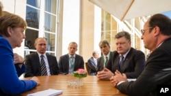 Abakuru b'ibihugu Angela Merkel w'Ubudage, Vladimir Putin w'Uburusiya, Petro Poroshenko wa Ukraine, na Francois Hollande w'Ubufransa