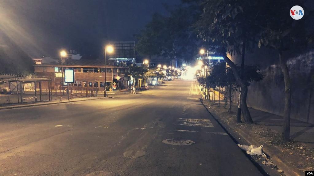 Así luce el final de la Avenida Segunda, la principal vía de San José, Costa Rica, debido a las medidas de restricción de vehículos y el cierre de comercios después de las 8 p.m. para hacer que los residentes se queden en casa. (Foto: Armando López)