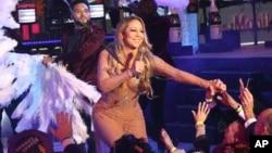 """""""No estamos saltando algunas partes vocales, pero es lo que hay. Dejemos que el público cante"""", declaró Carey."""