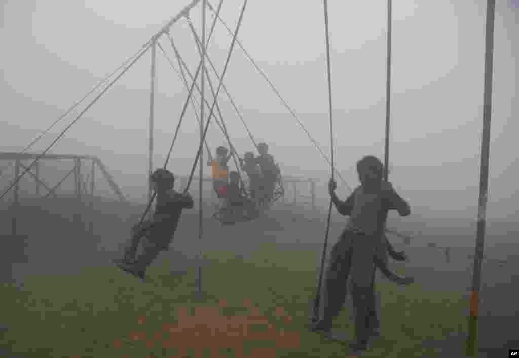 تاب بازی کودکان در هوای آلود و دود غلیظ در لاهور پاکستان