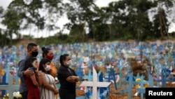 Thân nhân tham dự tang lễ những người chết vì virus corona tại nghĩa trang Parque Taruma ở Manaus, Brazil.