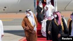 سعودی عرب کے ولی عہد محمد بن سلمان، خلیج تعاون کونسل کے 41 ویں سربراہ اجلاس کے موقع پر قطر کے امیر شیخ تمیم بن حامد الثانی کا استقبال کر رہے ہیں۔ 5 جنوری 2021