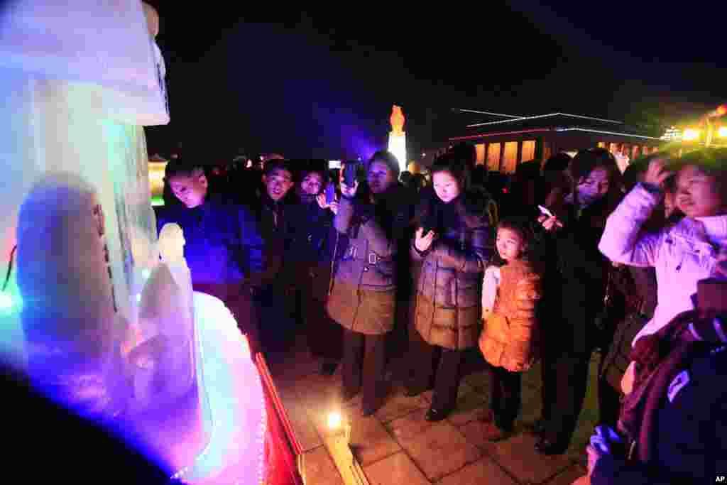 북한 평양 김일성광장에서 새해를 맞아 열린 얼음조각축전에서 시민들이 작품을 관람하고 있다.