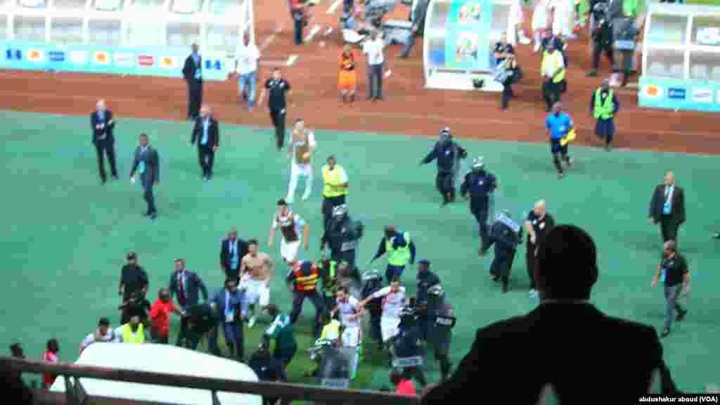 CAN Mashabiki wa DRC wakiangalia ikiwa timu yao itailaza Congo walipokua sare 2-2